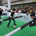 Una partita a calcio balilla umano