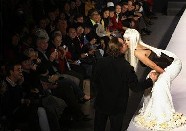 sfilata fashion a Pechino-Yang Erche Namu