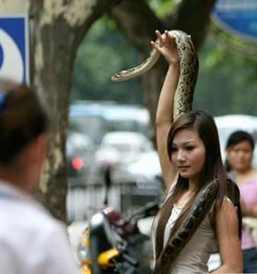 ragazza con serpente