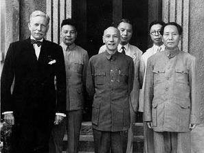Mao Zedong e Chiang Kai-shek con l'ambasciatore americano Patrick J. Hurley, 1945.