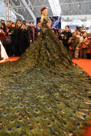 abito da sposa piume di pavone