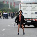 Uno squilibrato armato di mannaia mette in scacco la polizia di Dongguan