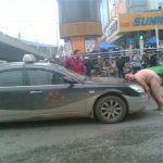 Uomo nudo cerca di sollevare un taxi e finisce all'ospedale ….
