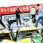 Tassisti distruggono 140 taxi senza licenza