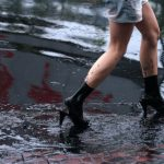 Un fiume di liquame si riversa per le strade di Guangzhou: le immagini