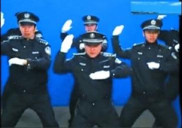 polizia che balla