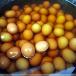 """""""Uova di Ragazzo"""": uova bollite nell'urina di bambini"""