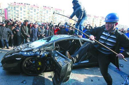 smashing-lamborghini-Distruggere una Lamborghini