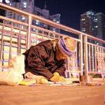 L'anziana disegnatrice sul ponte di Shenzhen