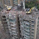 Demolizione di un palazzo nuovo a rischio crollo