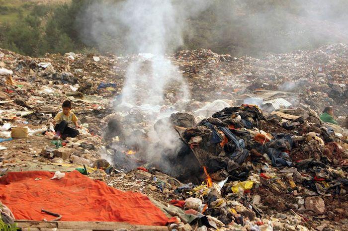 bambini che vivono in discariche