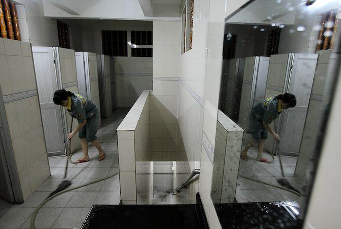 Vivere nei bagni pubblici