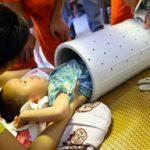 Un bimbo cinese rimane incastrato in una lavatrice, immagini