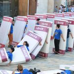 Nuovo record di domino umano con materassi dalla Cina