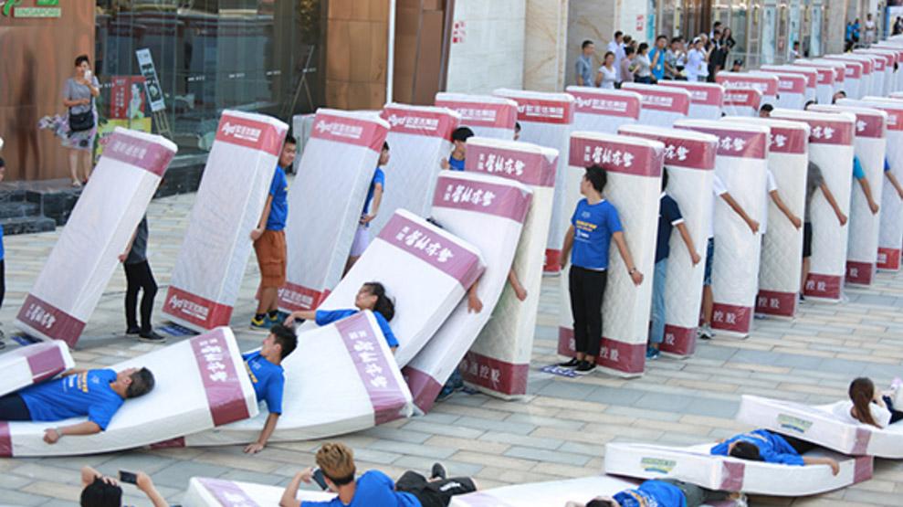 00Largest-human-mattress-dominoes