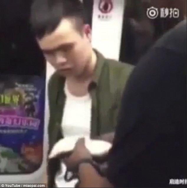 Straniero schiaffeggia un borseggiatore in una metropolitana cinese (video)