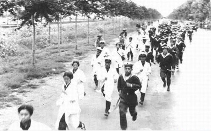 Dottori, infermiere e marinai che accorrono sulla scena per salvare i sopravvissuti e i feriti.