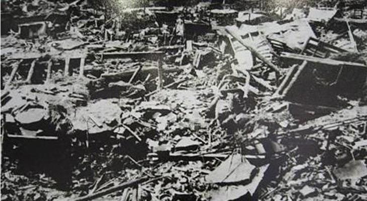Le rovine dopo il terremoto.