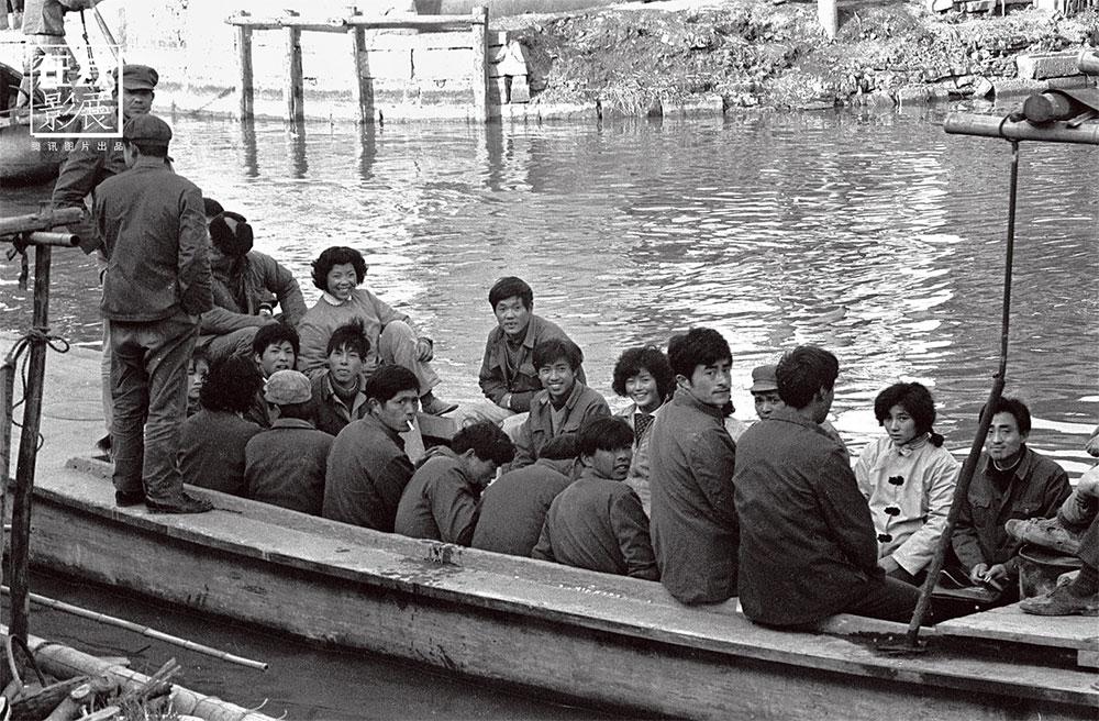 1970s. Xitang, nel Zhejiang, è uno dei luoghi di nascita della cultura Wu Yue, ed è una città storica cinese, caratterizzata da un'architettura attraversata da un network di canali e ponti. Le barche sono un importante mezzo di trasporto per gli abitanti.