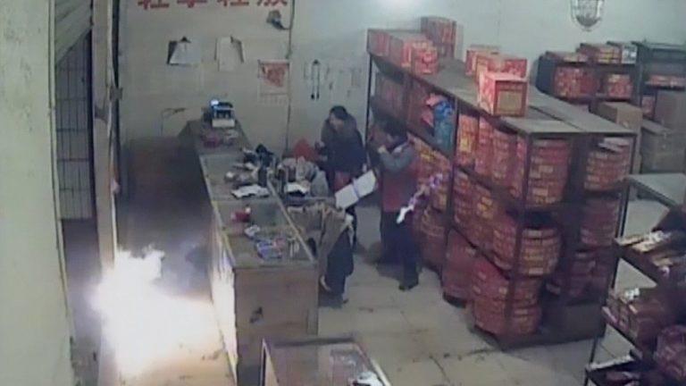 ubriaco fa esplodere un negozio di fuochi d'artificio