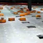 Una compagnia cinese utilizza robot per smaltire fino a 200.000 pacchi al giorno