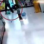 Bimba cinese picchiata selvaggiamente dal padre per avere speso 10 rmb per le caramelle per il fratellino