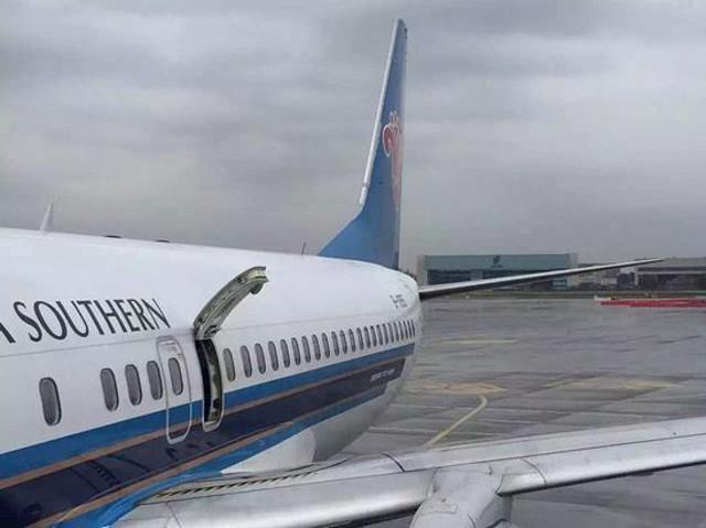 turisti cinesi aprono porta di emergenza aereo
