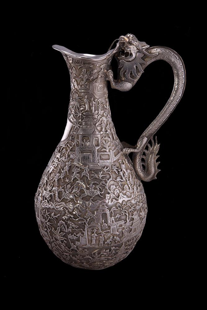 Caraffa in argento con manico, recante incisioni di storie e lo stemma WH