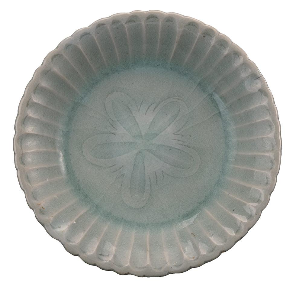 Piatto di ceramica di tipo celadon con decorazione a forma di petali di crisantemo