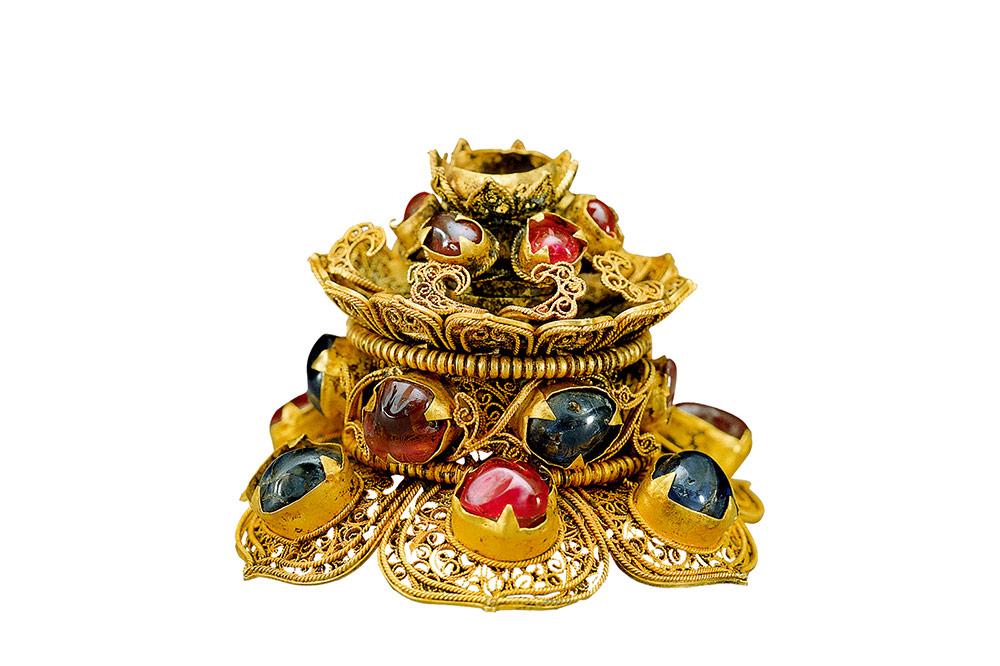 Punta di cappello con gemme incastonate in oro