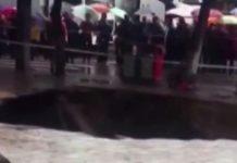 Una voragine si apre in strada in Cina: 4 morti