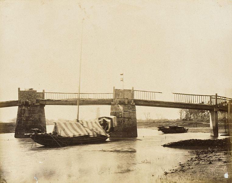 Ponte con case galleggianti