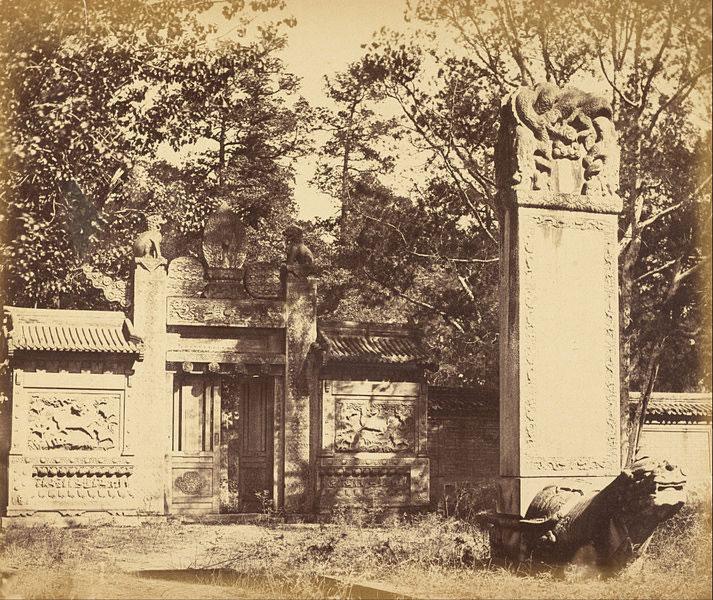 Tombe scolpite vicino a Pechino, un luogo utilizzato dalle truppe straniere come deposito provvisorio per armi e munizioni durante la marcia verso Pechino, ottobre 1860.