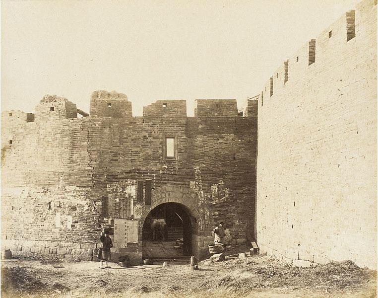 Cortile con mura fortificate