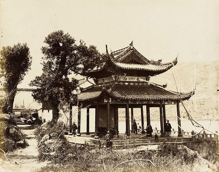 Padiglione sull'acqua nel sud della Cina