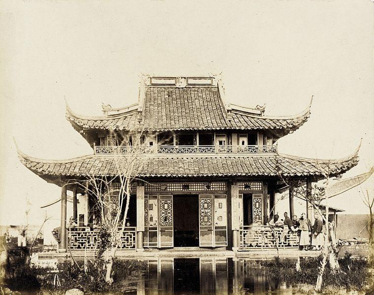 Una casa tradizionale da the sul bordo dell'acqua