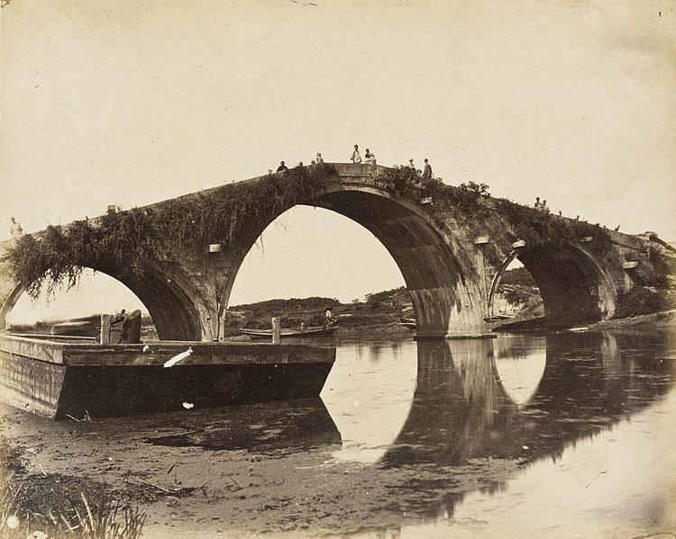 Ponte in pietra a tre archate nel sud della Cina