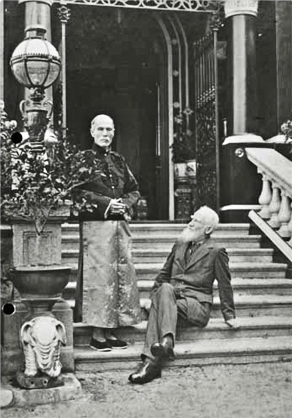 Hotung (a sinistra) con George Bernard Shaw (a destra) a Hong Kong nel 1933