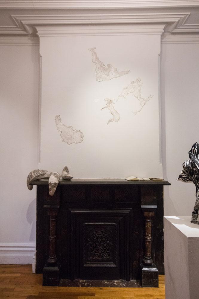 Veduta dell'installazione di Jisook Kim e Hilda Shen: Orogenies, fotografia di Nadia Peichao Lin ©Hilda Shen e Jisook Kim, Immagine cortesemente concessa da Fou Gallery