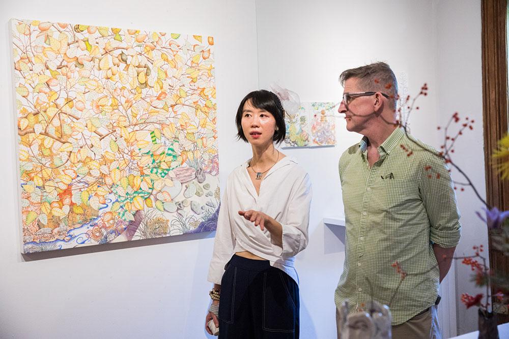 Ricevimento d'apertura con Michael Eade e la gallerista Echo He - Foto di Nadia PeichaoLin, Immagine cortesemente concesse da Fou Gallery