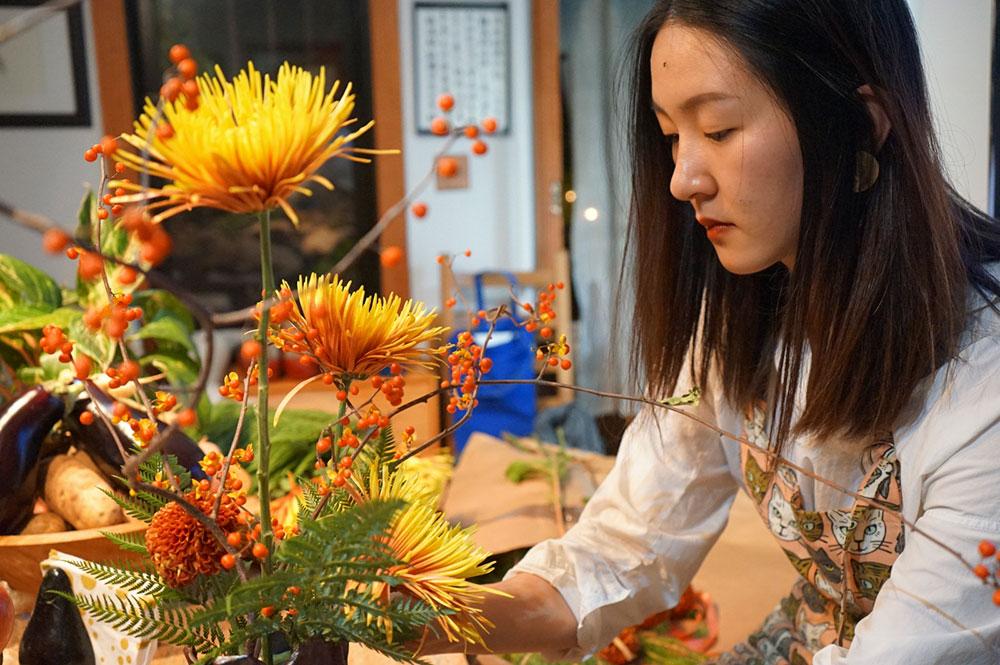 Mostra di Michael Eade - Fiorista Ye Zi designing Ikebana sulla base delle ceramiche di Michael, foto di Yilan Wang, Immagine cortemente concesse da Fou Gallery