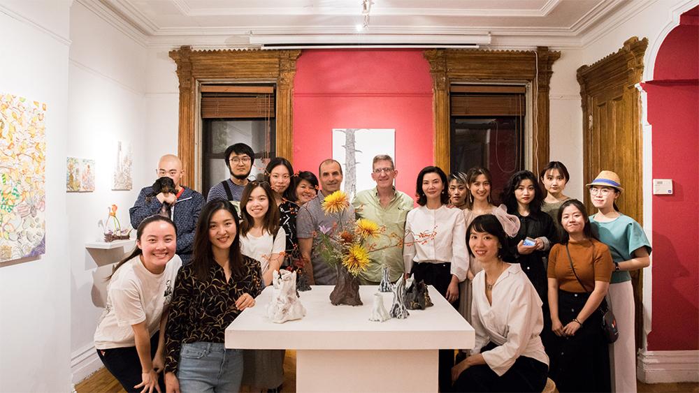 Foto di gruppo del ricevimento d'apertura della mostra di Michael Eade - Foto di Nadia Peichao Lin, immagine cortesemente concessa da Fou Gallery