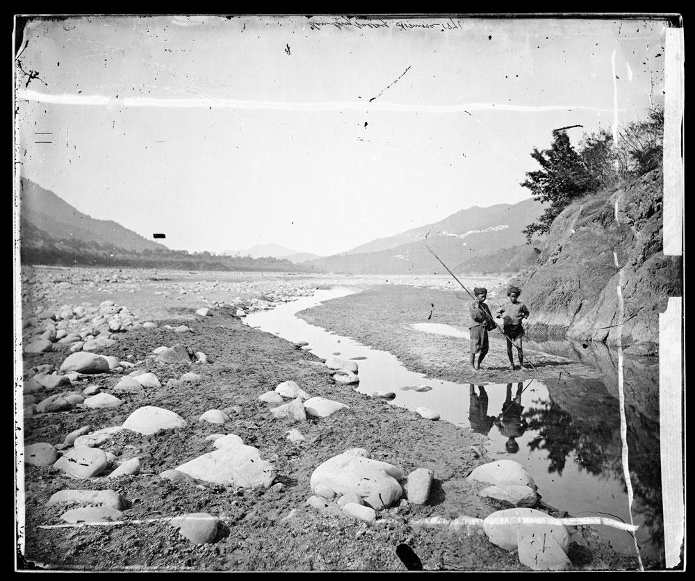 Lalung, Formosa [Taiwan]. Fotografia di John Thomson, 1871.Lalung, Formosa [Taiwan]. Lan-long valley.