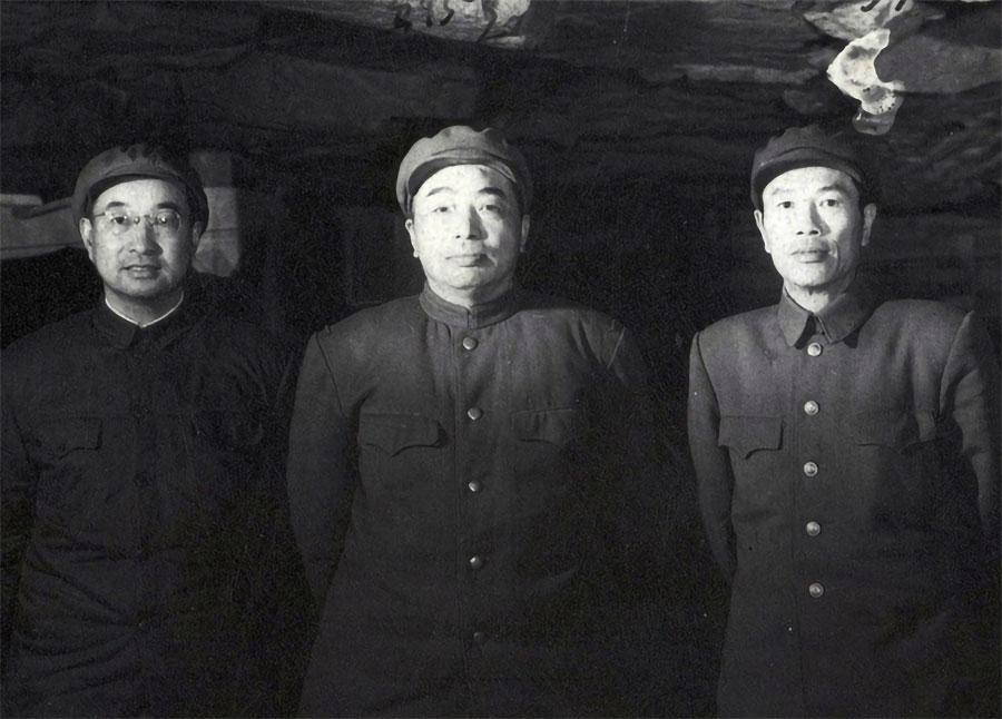 Peng Dehuai con Chen Geng (a sinistra), Deng Hua (a destra) posano  per una foto di gruppo al posto di comando in prima linea