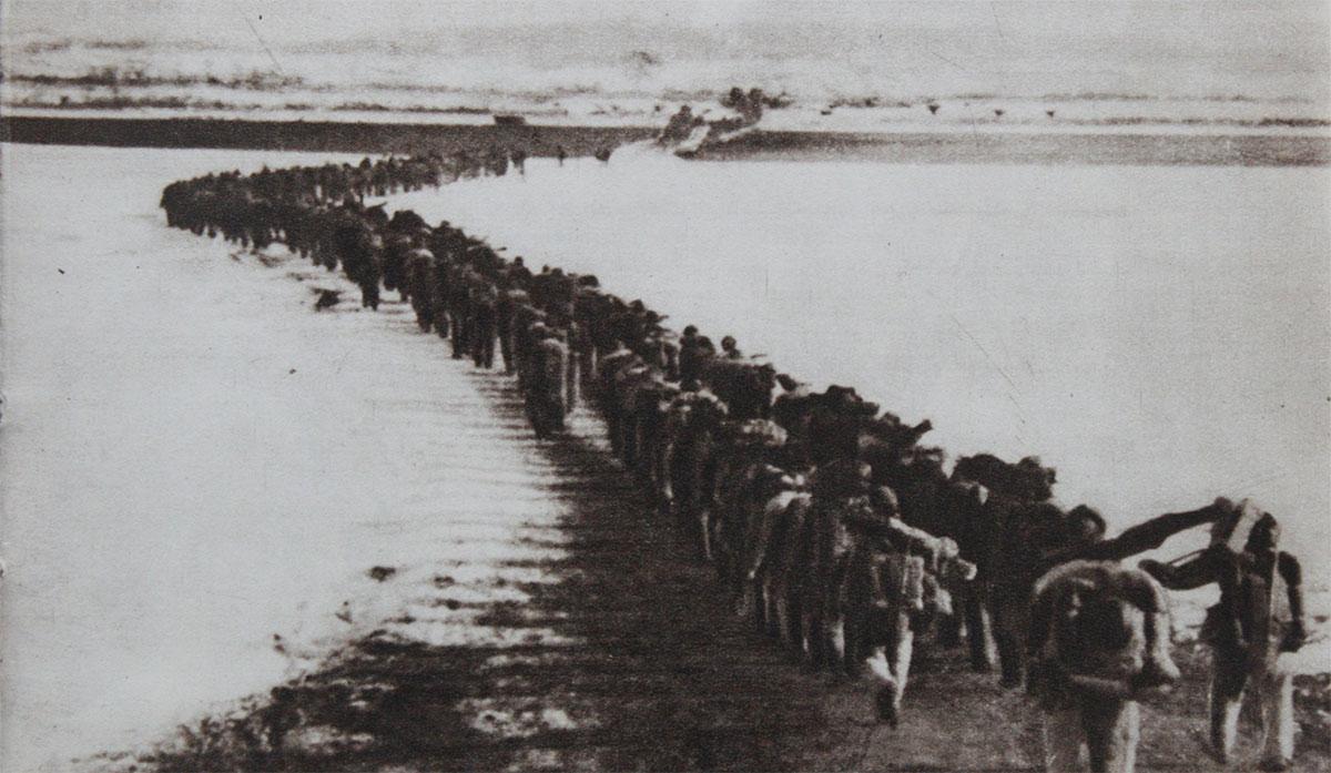 Truppe cinesi attraversano il Fiume Yalu
