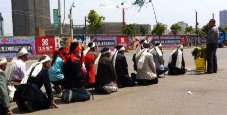 Un funerale tradizionale cinese per le vie di Kunming – video